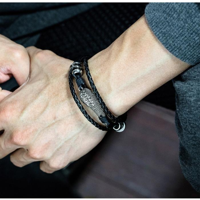 Кожаный браслет с плетением металлическими вставками и пером PLB-13